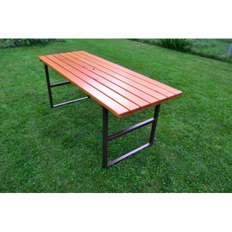 Stůl s kovovými boky